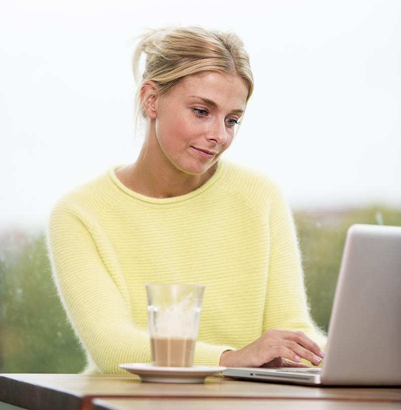 Ung kvinde på Café